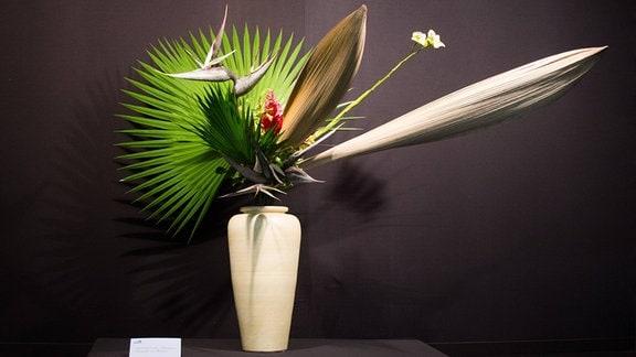 Ausgestelltes Ikebana-Arrangement in einer Vase