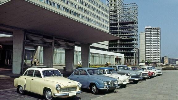 Das noch im Erweiterungsbau befindliche Hotel Stadt Halle, 1966 eröffnet, ein Interhotel-Typenbau der DDR in der Chemiestadt Halle, am Thaelmannplatz