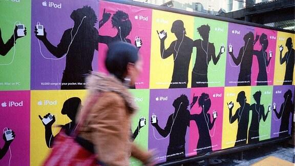 Poster für den beliebten Apple-Computer iPod hängen an einer Wand.