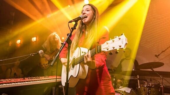 Jade Bird singend mit Gitarre auf der Bühne des SXSW Festivals