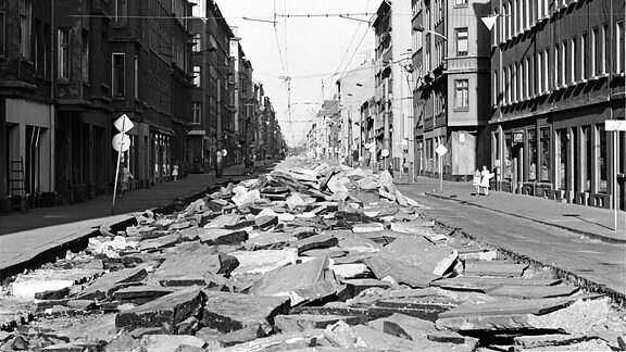 Die aufgerissene Ernst-Thälmann-Straße in Leipzig im Jahr 1990
