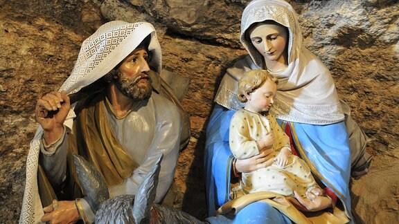 Joseph und Maria mit dem Jesuskind in einer Krippe