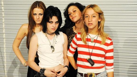 """Bild aus dem Film """"The Runaways"""", zu sehen ist eine vierköpfige Girl Band"""