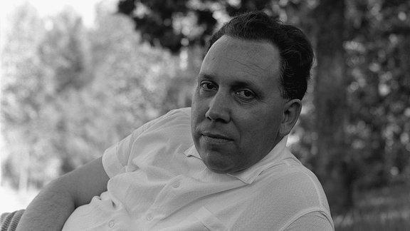 Johannes Bobrowski liegend, 1964, Fotograf: Lütfi Özkök