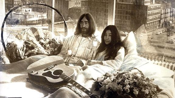 John Lennon und Yoko Ono bei einer Pressekonferenz im Bett, 1969