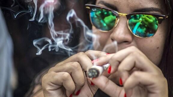 Frau raucht einen Joint