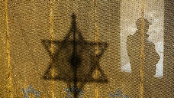 Ein Mann steht am Eingang der Neuen Synagoge in Dresden