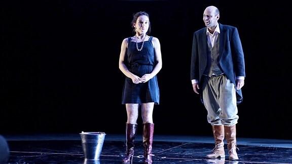 Schauspielerin Julia Preuß und ein Schauspielerkollege auf der Bühne.