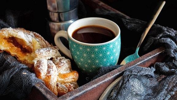 Kaffee und Gebäck auf einem Tablett