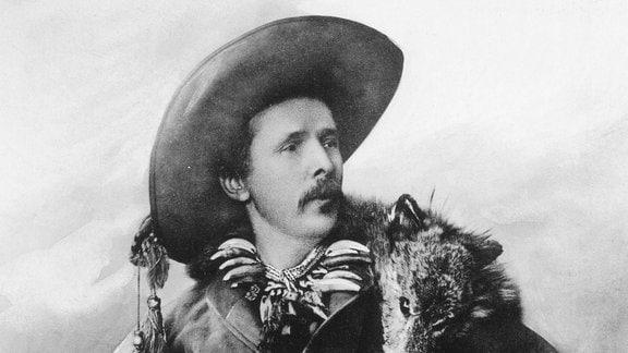 Karl May als Old Shatterhand verkleidet auf einem Foto aus dem Jahr 1896.