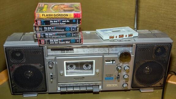 Ein alter Kassettenrekorder mit Kompaktkassetten