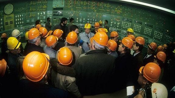Besuchergruppe in der Schaltzentrale des Kernkraftwerks Greifswald in Lubmin, 1990