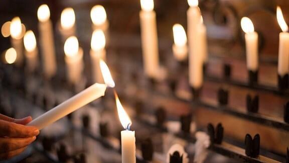 eine Kerze wird entzündet