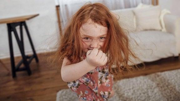 Ein Mädchen tanzt in der Wohnung