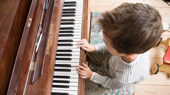 Kind am Klavier