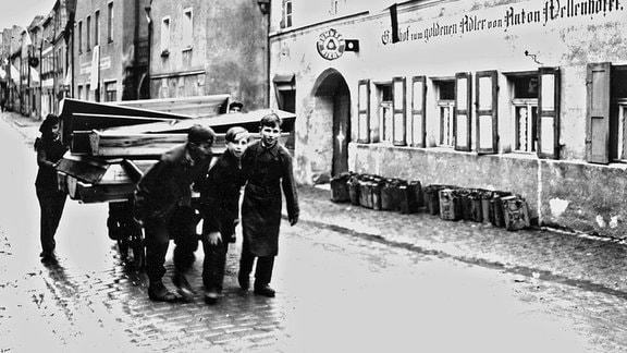 Deutsche Jungen aus Neunburg vorm Wald ziehen eine Wagenladung Sargdeckel zum Stadtfriedhof, wo die Leichen polnischer, ungarischer und russischer Juden begraben werden