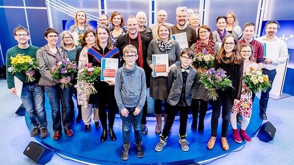 Gruppenfoto (Gewinner, Jury und Laudatoren) während der Preisverleihung Kinder-Hörspiel-Preis und Kinder-Online-Preis im ARD Forum auf der Leipziger Buchmesse am 18.03.2018 in der neuen Messe Leipzig.