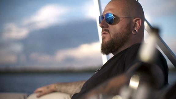 Mann mit Sonnenbrille und Bart