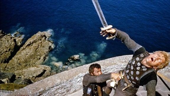 Tony Curtis (L) in einer Szene des Filmes - Die Wikinger (The Vikings) - mit Kirk Douglas