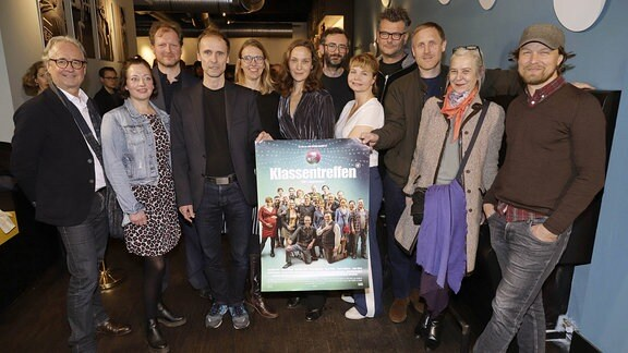 Guido Renner, Jan Georg Schuette, Jeanette Hain und Annette Frier mit Cast und Crew bei der Premiere der ONE TV-Serie Klassentreffen, 2019