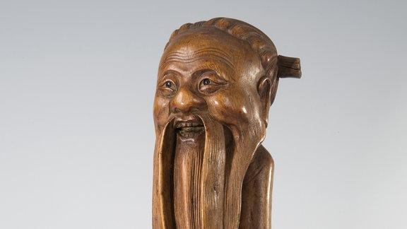 Eine Statuette aus China, die um 1900 nach Deutschland gebracht wurde. Vor einigen Jahrzehnten hat man ihr eine  völlig falsche Beschriftung verpasst, die noch auf dem Foto sehen ist.