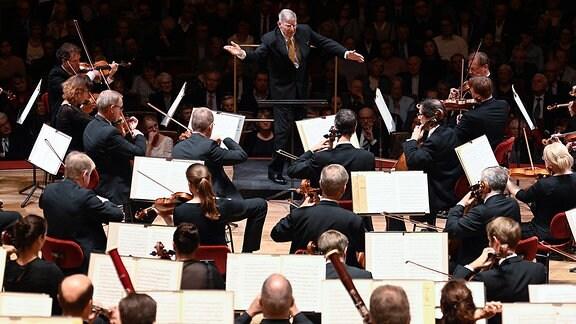 Herbert Blomstedt dirigiert das Orchester