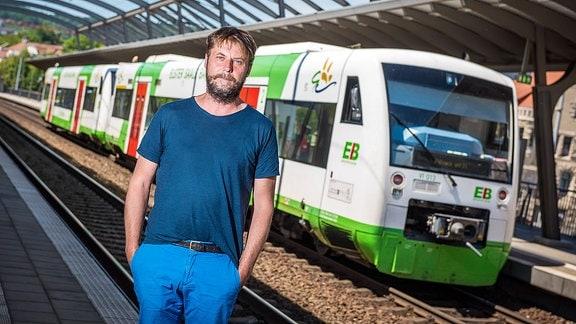 Prof. Jörn Hintzer vor einem Zug