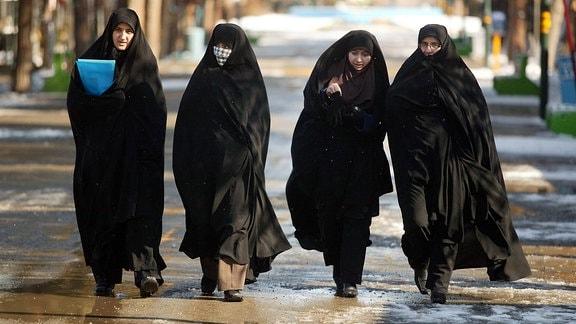 Frauen im Tschador (großes, dunkles Tuch in Form eines Halbkreises)