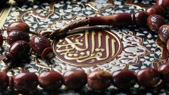 Koran und Tasbih in einer Nahaufnahme