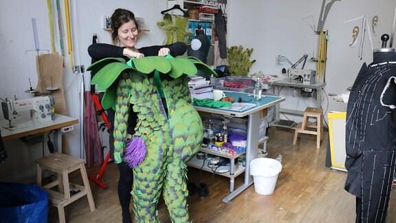 Sie zeigen Arbeiten von Studierenden in Kostümbild an der Hochschule für Bildende Künste in Dresden.