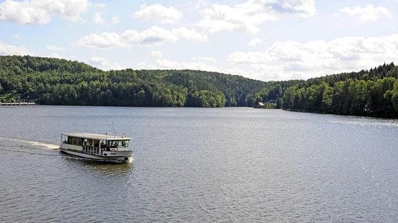 Blick auf den Stausee der Talsperre Kriebstein mit Fahrgastschiff auf dem Stausee
