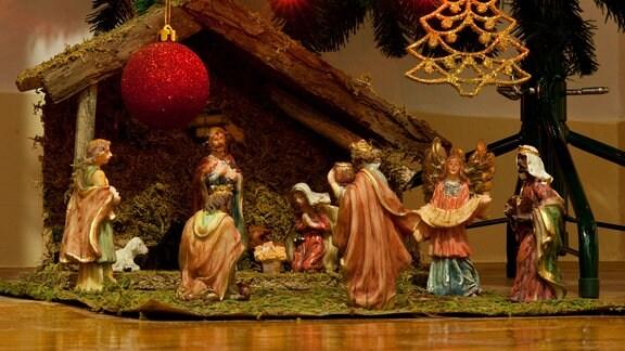 Eine Krippe zeigt die Szene der Geburt Christi