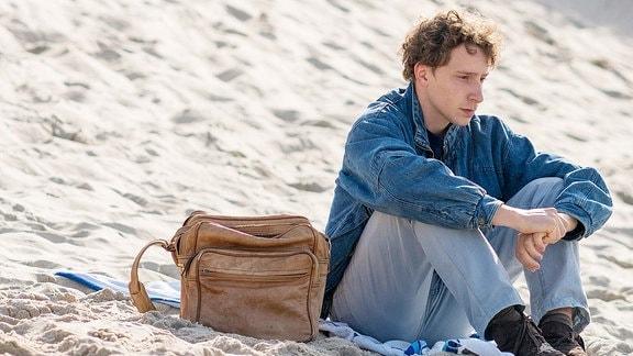 Ed (Jonathan Berlin) sitzt nach der Ankunft am Strand