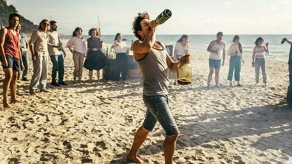 Cavallo (Johann Jürgens) sammelt Alkohol für die Taufe