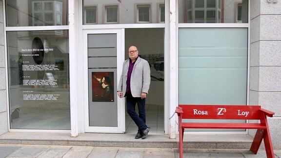 Klaus Fischer, Vorsitzender der «Freunde Aktueller Kunst», steht in der neuen Galerie in der Zwickauer Hauptstraße