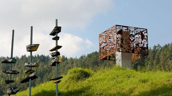 Ein Werk von Jan Tutaj (Polen) am Kunstwanderweg Kleinbreitenbach in Thüringen