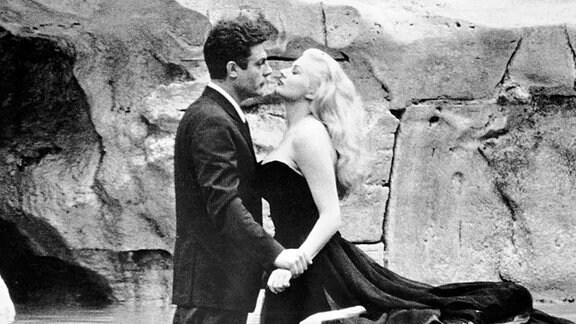 Marcello Mastroianni und Anita Ekberg während der Dreharbeiten für den Film - La Dolce Vita - in Rom.