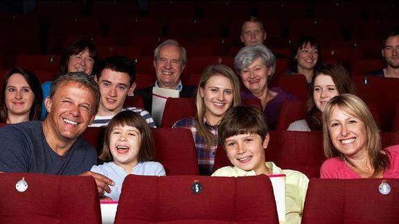 ein lachendes Publikum im Zuschauerraum