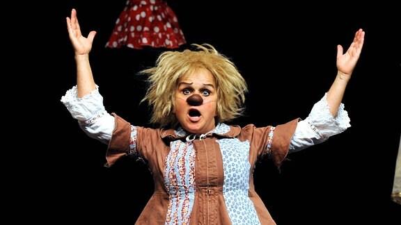 Clown-Komödiantin Gardi Hutter ( SUI ). Clown-Komödiantin Gardi Hutter ( SUI ) während eines Auftrittes mit ihrem Programm Die Schneiderin am 18.10.2011 in der Comödie Dresden.