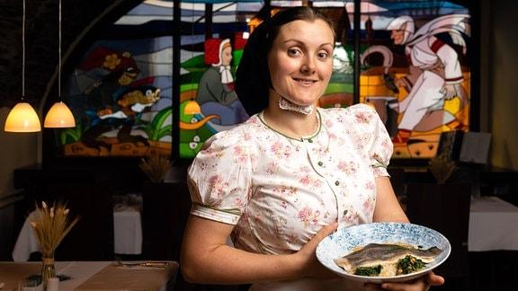 Monika Lukasch vom sorbischen Restaurant Wjelbik in Bautzen mit einer Forelle in Brauner Nussbutter pochiert , Gräupchen-Risotto und Spinat mit Wallnüssen und Hummersoße.