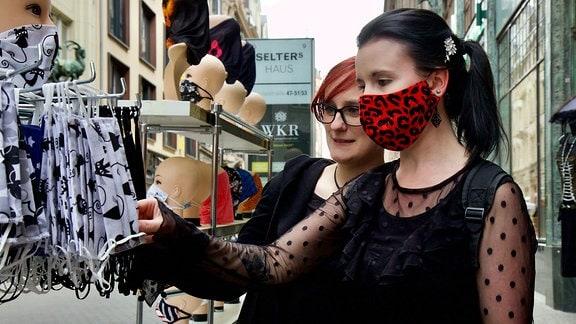 Masken-Shopping. Auch für schwarze Seelen ist was dabei