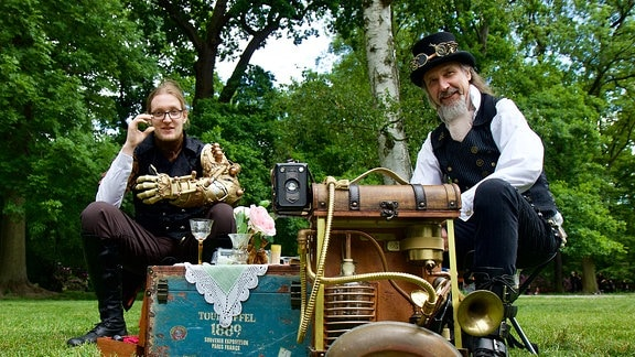 Steampunks beim Picknick. Der Apparat im Vordergrund sucht verlorene Seelen