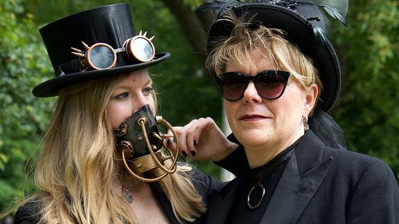 Das Viktorianische Picknick ist wie immer gut besucht, und zwar nicht nur von Szene-Anhänger*innen wie diesen beiden, sondern auch von neugierigen Leipzigern.