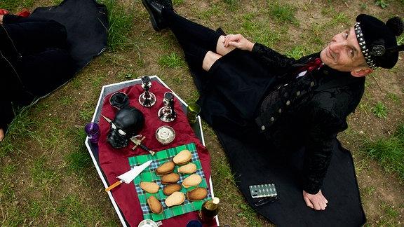 Ein morbides Picknick-Set: zwei Sitzdecken, Tischdecke und ein praktischer Koffer – alles in Sargform