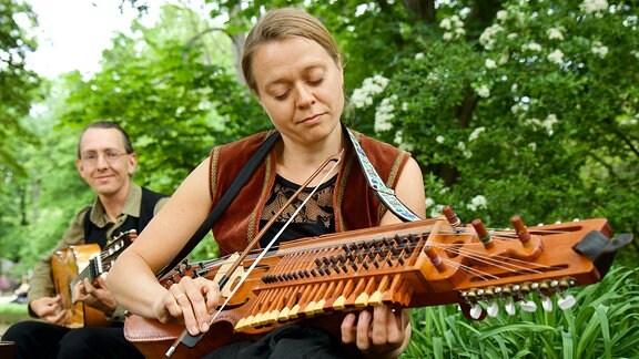 Ebenfalls beim Viktorianischen Picknick zu erleben: Straßenmusik mit Nyckelharpa