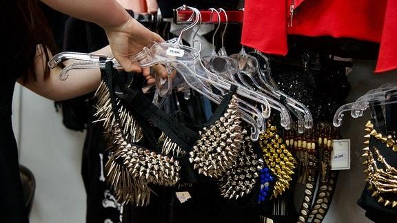 Nur wenige Läden haben sich diesmal auf schwarze Gäste vorbereitet. Zum Last-Minute-Shopping geht man in Szeneläden wie das 'Darxity' – oder wie hier ins 'Stylo - Jeans & More'.