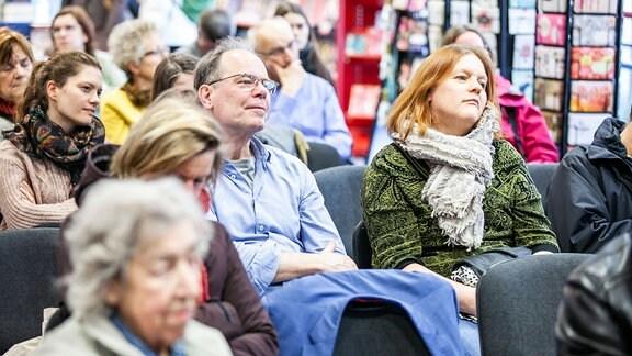 Publikum in Buchhandlung.