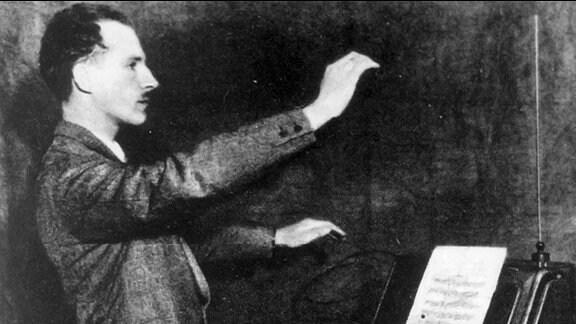 Der russsische Erfinder Prof. Lew Theremin spielt auf einem, nach ihm benannten Musikinstrument