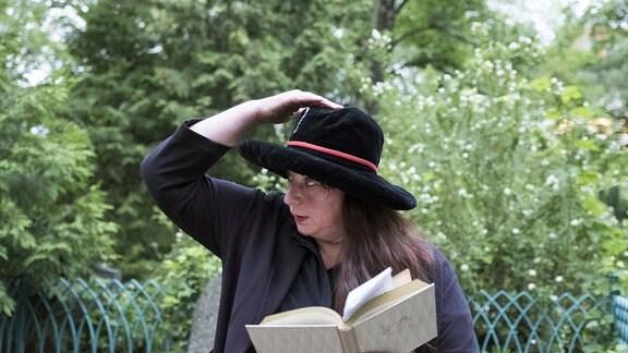 Sommerfest im Brecht-Haus Deutschland, Berlin, 10.06.2017, Geisterstunde auf dem Dorotheenstädtischen Friedhof: Annett Gröschner liest am Grab von Arnold Zweig