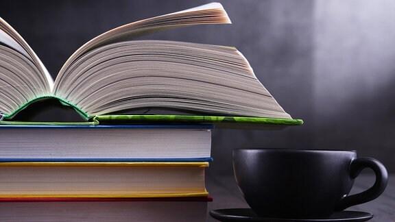 Bücher und Kaffeetasse